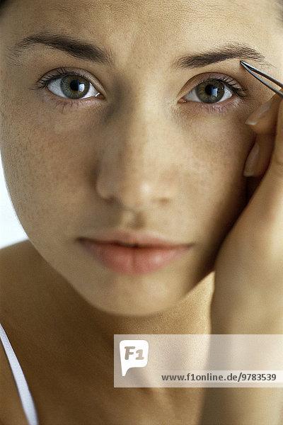 Junge Frau Pinzette Augenbrauen  Nahaufnahme