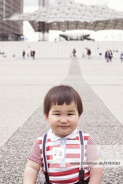 Junge auf dem Stadtplatz  Portrait