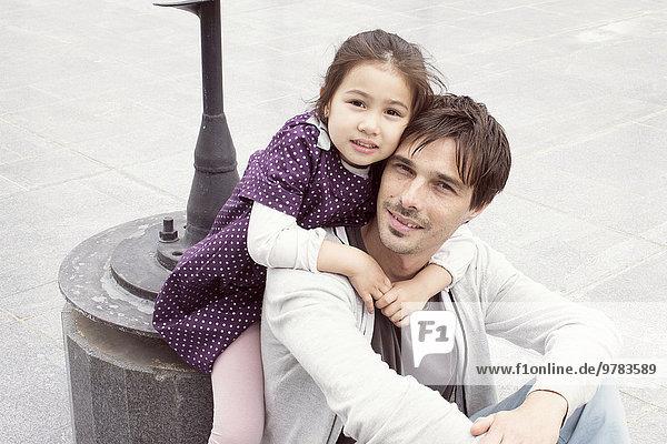 Vater und Tochter zusammen im Freien  Porträt
