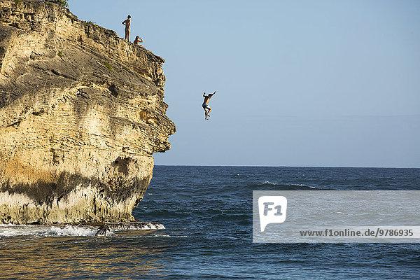 Ozean Steilküste springen Taucher