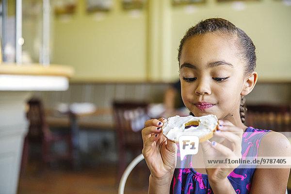 Cafe mischen essen essend isst Mädchen Bagel Mixed