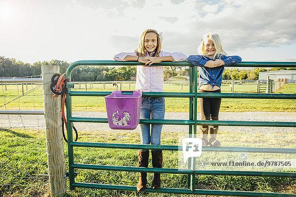 stehend Europäer Zaun Mädchen Ranch