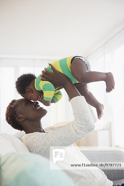 Couch Junge - Person schwarz Mutter - Mensch Baby spielen