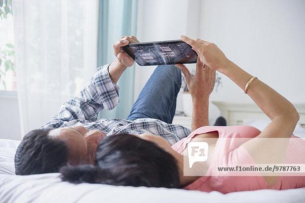 liegend liegen liegt liegendes liegender liegende daliegen benutzen Bett Tablet PC