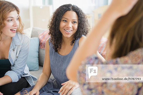 Frau sprechen Couch Zimmer Wohnzimmer