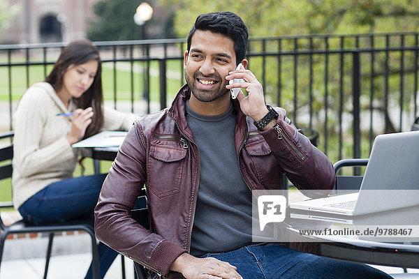 Handy Außenaufnahme Mann sprechen Indianer Tisch freie Natur