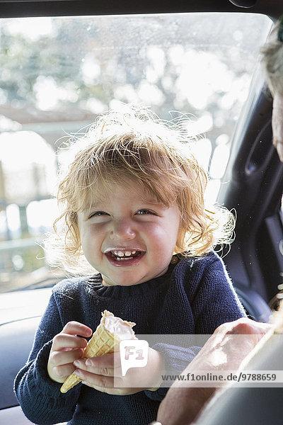 Europäer Junge - Person Auto Eis essen essend isst Baby Sahne