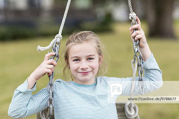 schaukeln schaukelnd schaukelt schwingen schwingt schwingend Europäer lächeln Mädchen Schaukel