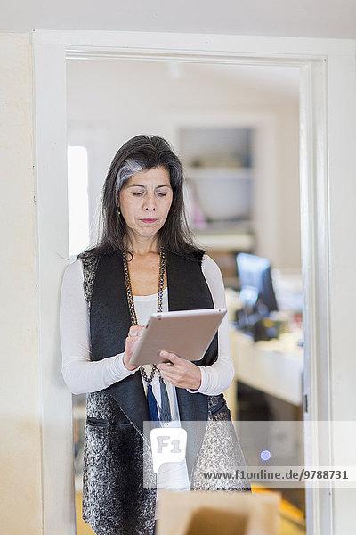 benutzen Frau Hispanier Büro Tablet PC