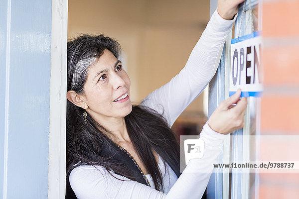 offen Tür klein Hispanier hängen Zeichen Inhaber Business Signal