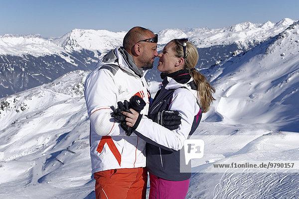 Liebespaar im Winterurlaub  Skigebiet Hochzillertal  bei Hochfügen  Kaltenbach im Zillertal  Tirol  Österreich  Europa