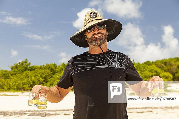 Mann serviert Ti-Punch  Green Island  Nonsuch Bay  Antigua  Antigua und Barbuda  Nordamerika Mann serviert Ti-Punch, Green Island, Nonsuch Bay, Antigua, Antigua und Barbuda, Nordamerika