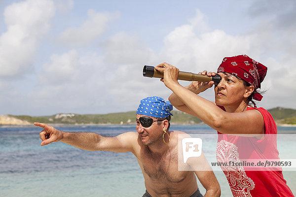 Mann und Frau als Piraten der Karibik  Nonsuch Bay  Green Island  Antigua  Antigua und Barbuda  Nordamerika