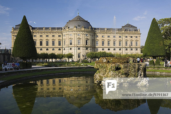 Brunnen im Schlossgarten der Würzburger Residenz  ehemalige Residenz der Würzburger Fürstbischöfe  im Spätsommer  Würzburg  Unterfranken  Bayern  Deutschland  Europa