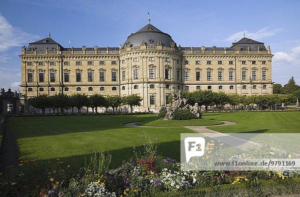 Würzburger Residenz  ehemalige Residenz der Würzburger Fürstbischöfe  Schlossgarten mit gepflegtem Rasen  im Spätsommer  Würzburg  Unterfranken  Bayern  Deutschland  Europa