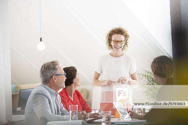 Vier Personen bei der Besprechung im Büro