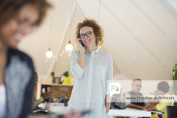 Porträt einer Frau am Telefon