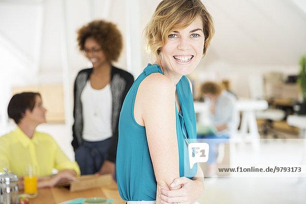 Porträt einer jungen Frau lächelnd im Büro