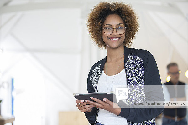 Porträt eines lächelnden Büroarbeiters mit digitalem Tablett