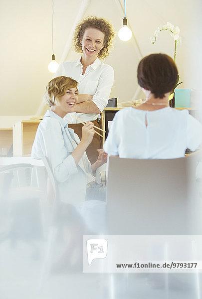 Büroangestellte beim gemeinsamen Mittagessen