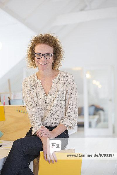 Porträt eines lachenden Büroangestellten mit Akte
