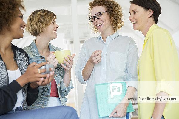 Porträt der lachenden Büroangestellten