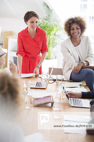 Frauen im Gespräch während eines Geschäftstreffens
