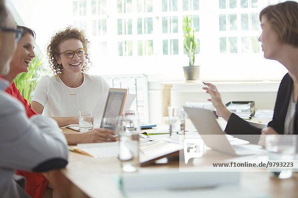 Die Leute reden und lächeln während eines Geschäftstreffens im Büro.