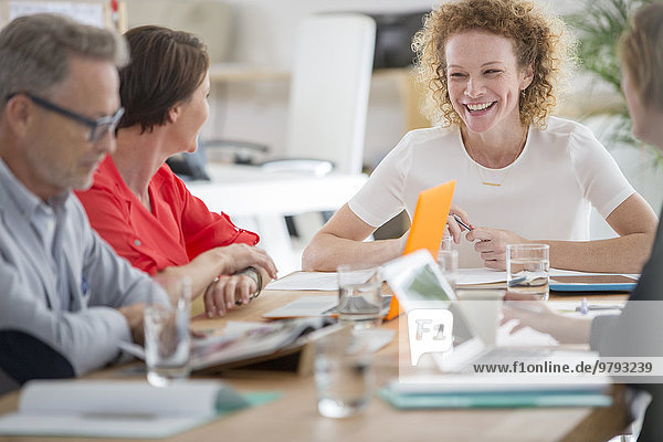 Menschen reden und lächeln während eines Geschäftstreffens