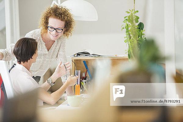 Frauen reden und lächeln im Büro