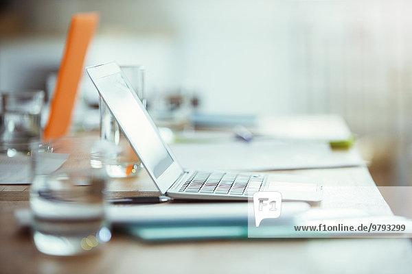 Bürobedarf  Laptop und Wasserglas auf dem Schreibtisch im Büro