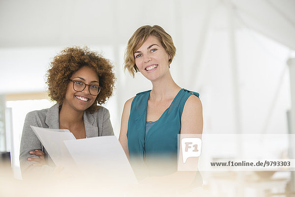 Porträt von zwei lächelnden Büroangestellten