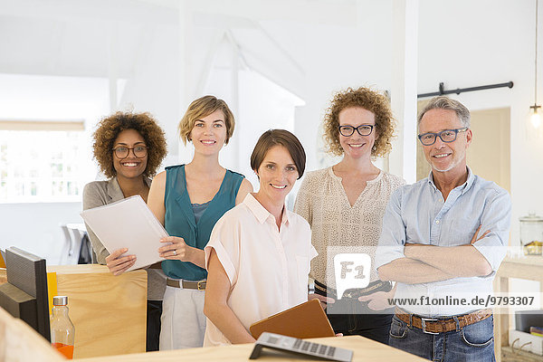 Porträt von lächelnden Büroangestellten