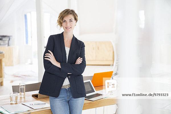 Porträt einer jungen Frau im Büro