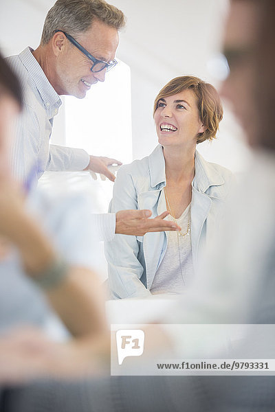 Büroangestellte im Gespräch bei der Besprechung