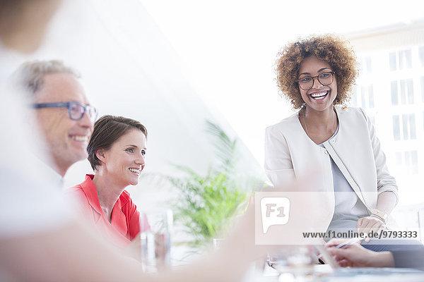 Büroangestellte im Gespräch am Schreibtisch
