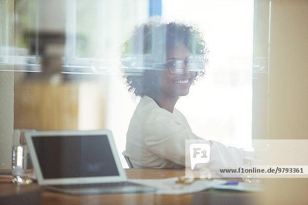 Porträt eines jungen lächelnden Büroangestellten