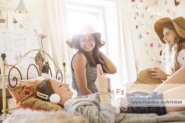 Drei Teenager-Mädchen haben Spaß im Bett im Schlafzimmer