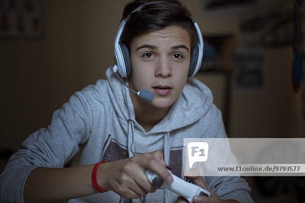 Teenager-Junge mit Headset beim Videospiel