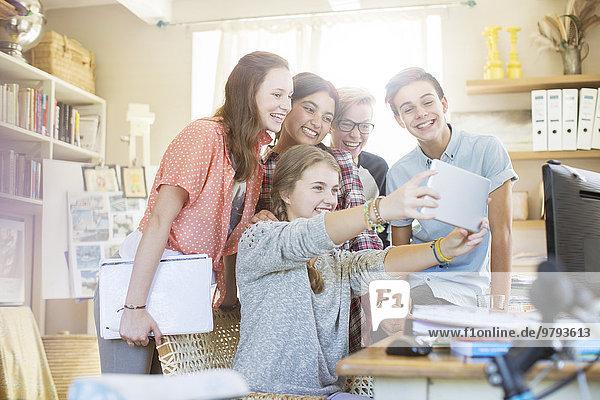 Gruppe von Teenagern  die Selfie mit digitalem Tablett nehmen