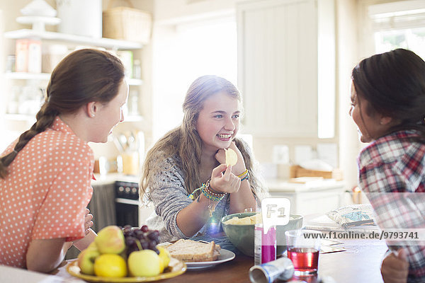Drei Teenager-Mädchen bei Tisch im Esszimmer