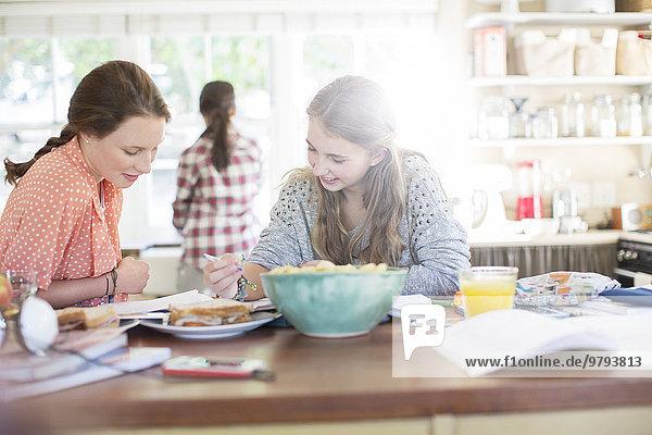 Teenager-Mädchen lernen am Tisch in der Küche