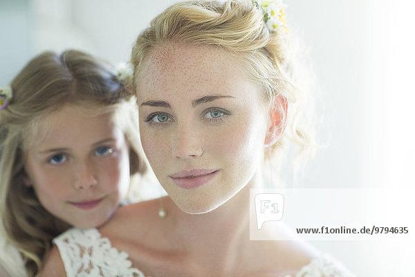 Portrait von Braut und Brautjungfer mit Blick auf die Kamera