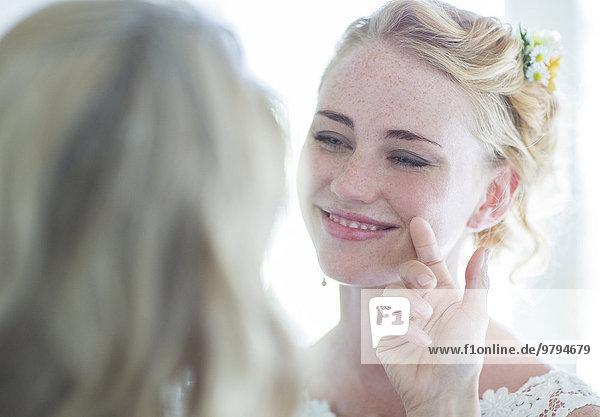 Matrone der Ehre und Braut einander gegenüber und lächelnd