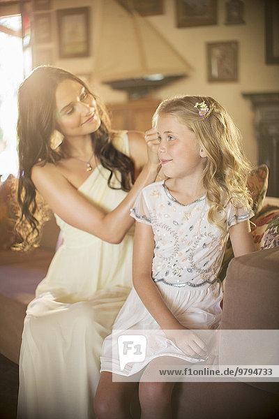Brautjungfernhilfe Mädchen mit Frisur im Wohnzimmer