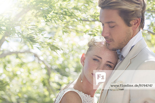 Porträt eines jungen Paares im Hausgarten