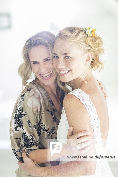 Porträt der Braut und der Ehrenmutter bei der Hochzeitsfeier