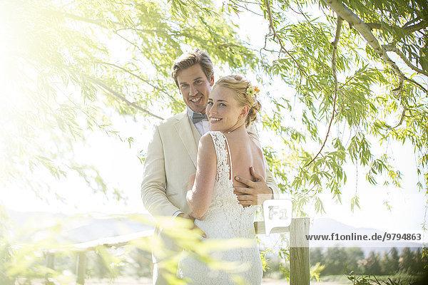 Porträt eines jungen Paares auf einer Holzbrücke