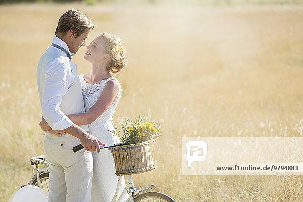 Junges Paar mit Fahrrad auf der Wiese