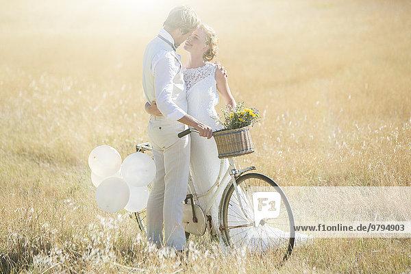 Junges Paar mit Fahrradküssen auf der Wiese